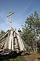 Крест на месте упавшего маяка на вершине горы Фавор острова Большая Муксалма. Фото 2007 г.