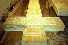 Крест в процессе строительства в мастерской Георгия Кожокаря (здание бывшей Биостанции на Сельдяном мысу). 2002 г.