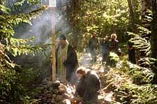 Освящение наместником Соловецкого монастыря архимандритом Иосифом креста на месте часовни святой Варвары в Долгой губе. 29 августа 2002 г.