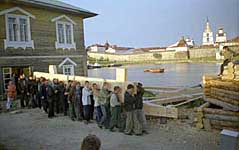 Перенесение креста из мастерской на Сельдяном мысу к Святым вратам монастыря для освящения. 22 августа 2002 г.