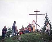 Сергей Морозов читает лекцию о крестах около поставленного ребятами креста на Немецком Кузове. 1997 г.