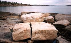 Остатки монастырской каменоломни на о. Пневатый (около Кондострова) в Онежском заливе. Август 2003 г.