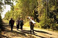 Перенесение членами ТСМ креста из поселка к месту установки (на Ребалдинской дороге). 29 августа 2002 г.