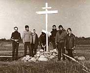 С.В.Морозов и члены ТСМ после установки креста 2 сентября 1992 г. на мысе Кеньга острова Анзер