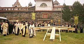 Освящение креста наместником Соловецкого монастыря архимандритом Иосифом. 23 августа 2002 г.