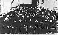 Илл.5. Православное духовенство в заключении на Соловках. Четвертый слева во втором ряду — протоиерей Сергий Городцов. Фото 1925 г.