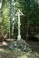 Памятный крест на месте часовни св. Варвары (покровительницы мореходов) в Долгой губе, установленный и освященный 29 августа 2002 г.