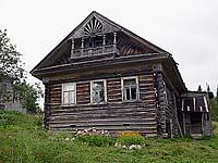Один из немногих керетских жилых домов. Фото 2004 г.
