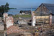 Реставрация южной части амбара. Фото 2005 г.