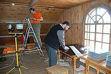 Подготовка выставки «Забытый остров». Сотрудники музея Д.Лебедев и А.Лаушкин