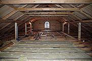Под новой крышей в южной части амбара. Фото 2006 г .