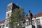 Памятник Кирову в Медвежьегорске и бывшая гостиница НКВД на заднем плане