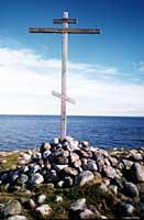 Поклонный крест на мысе Колгуев острова Анзер, установленный в 1997 г.