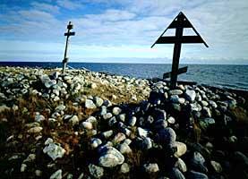 Мыс Колгуев на острове Анзер: кресты, установленные до революции.
