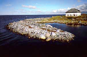 Монастырская каменная изба (XVI в.) и монастырская каменная гавань (XVI в.) на Б.Заяцком острове