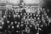 Первый учитель в Пушлахте Минин Федор Степанович со своими учениками. Фото из архива Пушлахты