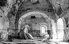 Илл. 16. Интерьер церкви. Вид на восточную стену с аркой алтарной преграды (до реставрации)