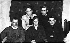 Соловки. 1928-1929 гг. Б.Евреинов во втором ряду справа. Фото из архива А.В.Мельник
