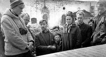 Ю. Чебанюк ведет экскурсию в Соловецком кремле, лето 1969-го.