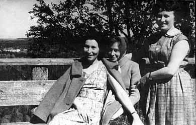 Июнь 1963-го. Впервые на Соловках. Слева направо: Л. Мельницкая, О.Щетинина, В. Румянцева — сотрудники «Северного комсомольца».
