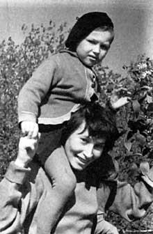 Л. Мельницкая с сыном Алешей, Соловки, лето 1963-го.