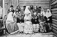 Онежские крестьяне в праздничных костюмах. Фото нач. ХХ в.