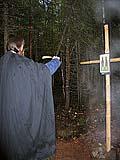 Илл. 4. Свечение вокруг установленного памятного креста. Снято цифровым фотоаппаратом со вспышкой.