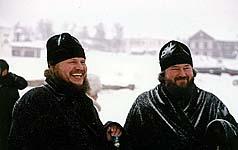 Епископ Архангельский и Холмогорский Тихон (справа) и Архимандрит Иосиф после установки поклонного креста в бухте Благополучия. 19 января 2004 г.